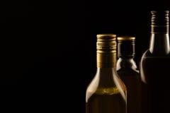 Boissons alcoolisées de luxe sur le fond foncé Image stock