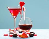 Boissons alcoolisées pour la partie de fête Coeurs de bonbons au chocolat Date le jour de valentines image stock