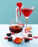 Boissons alcoolisées pour la partie de fête Coeurs de bonbons au chocolat Date le jour de valentines images libres de droits