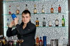 Boissons alcoolisées de mélange de barman avec le dispositif trembleur de cocktail Image libre de droits