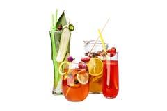 Boissons assorties avec des fruits et légumes dans brocs et verres Image libre de droits