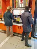 Boissons carbonatées servantes de personnes à Burger King photos stock