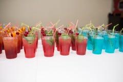 Boissons, cocktails colorés sur la partie Ensemble de cocktails d'alcool avec des fruits Image stock