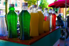 Boissons colorées de sirops vendues sur la rue images libres de droits