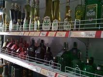 Boissons d'alcool dans le magasin dans la République Tchèque images stock