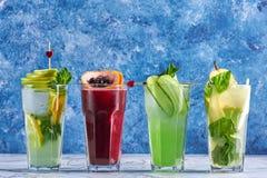 Boissons d?licieuses d'?t? concept de cocktails de detox boissons organiques saines de partie cocktails jaunes verts rouges image libre de droits
