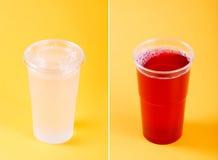 Boissons dans des tasses en plastique d'isolement sur le fond jaune photographie stock libre de droits