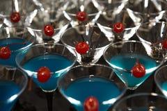 Boissons de cocktail avec la cerise rouge Photo libre de droits