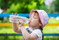 Boissons de deux ans d'enfant de bouteille Photographie stock