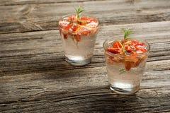 Boissons de fruit d'été La limonade fraîche avec des oranges rapièce sur le fond en bois rustique Photo libre de droits