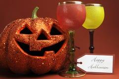 Boissons de Halloween avec les gobelets gothiques de style de vintage Image stock