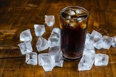 Boissons de kola, boissons non alcoolisées noires et glace régénératrice photographie stock libre de droits