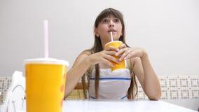 Boissons de l'adolescence de fille de cocktail en café banque de vidéos