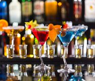 Boissons de Martini servies sur le compteur de barre Images stock