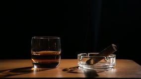 Boissons de whiskey avec les cigares de tabagisme clips vidéos