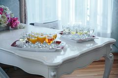 Boissons en verres sur la table Photos libres de droits