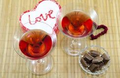 Boissons et dessert pour des valentines Photos stock