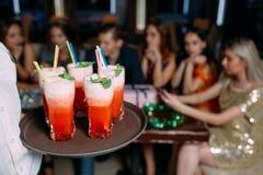 Boissons lumineuses alcooliques Fond de réception Photographie stock
