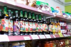 Boissons non alcoolisées à la section de boisson Photographie stock libre de droits