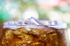 Boissons non alcoolisées éteignant des boissons que ces beaucoup de personnes aiment Images stock