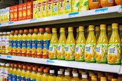 Boissons non alcoolisées dans les supermarchés Photographie stock libre de droits