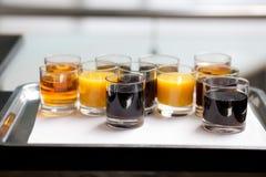 Boissons non alcoolisées sur le plateau images stock