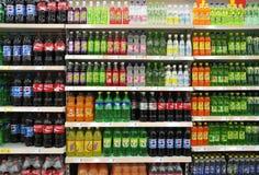 Boissons non alcoolisées et boissons dans le supermarché Photographie stock