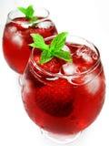 Boissons rouges de cocktail de perforateur de fruit avec la fraise photographie stock libre de droits