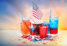 Boissons sur la partie américaine de Jour de la Déclaration d'Indépendance Photos libres de droits