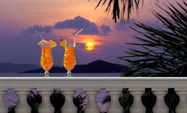 Boissons sur un balcon tropical Photographie stock libre de droits