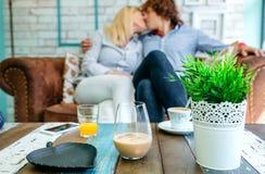 Boissons sur une table basse avec des baisers de couples Photo libre de droits