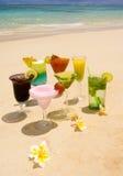 Boissons tropicales sur une plage hawaïenne Photos libres de droits