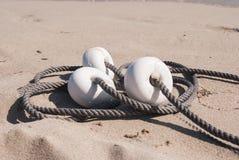 Boj och rep på sanden royaltyfri foto