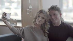 Bojaźliwy młody człowiek opowiada kobieta w ono uśmiecha się i kawiarni zdjęcie wideo