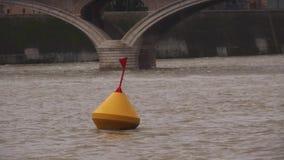 Boja i seagull w szorstkiej wodzie na tle stary most zbiory