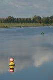 Boje auf dem Fluss lizenzfreies stockfoto