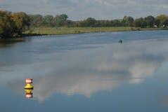 Boje auf dem Fluss stockfotografie
