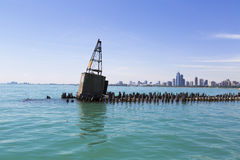 Boje auf Wellenbrecher Stockfotos