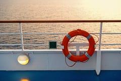 Boje oder Rettungsringring auf Bord im Abendmeer in Miami, USA Schwimmaufbereitungsgerät auf Schiffsseite auf Meerblick Sicherhei stockfotos
