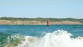 Bojen, die auf den Wellen schwingen stock footage