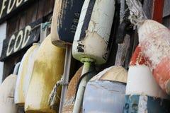 Bojen, die an einem Cape Cod-Haus hängen Lizenzfreie Stockbilder