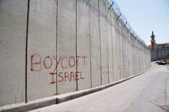 'Bojkotta Israel' grafitti på den israeliska avskiljandeväggen Royaltyfri Fotografi