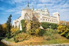 Bojnicekasteel in Slowakije, cultureel erfgoed, seizoengebonden scène royalty-vrije stock foto's