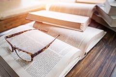 bok, blyertspenna och exponeringsglas Fotografering för Bildbyråer