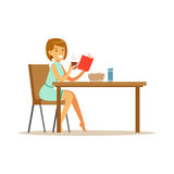 Bok bonito da leitura do caráter da jovem mulher ao ter a ilustração do vetor do café da manhã Foto de Stock Royalty Free