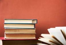Bok books många Bunten av färgrikt bokar sax och blyertspennor på bakgrunden av kraft papper tillbaka skola till Boka färgrika bö Royaltyfria Bilder