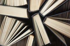 Bok books många Bunten av färgrikt bokar sax och blyertspennor på bakgrunden av kraft papper tillbaka skola till Boka färgrika bö Royaltyfri Fotografi