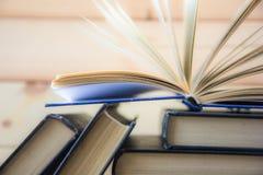 Bok books många Bunten av färgrikt bokar sax och blyertspennor på bakgrunden av kraft papper tillbaka skola till Boka färgrika bö Fotografering för Bildbyråer