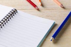 bok, dagbok och färgpenna Arkivbild