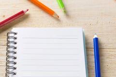 bok, dagbok och färgpenna Fotografering för Bildbyråer